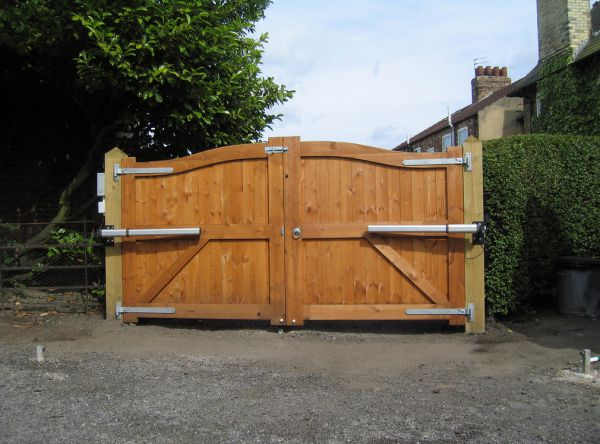 Массивные деревянные ворота
